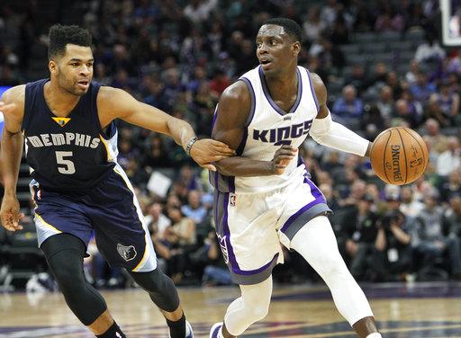 Sacramento Kings guardio Darren Collison (7) conduce a la canasta contra el defensa de los Grizzlies de Memphis Andrew Harrison (5) durante la segunda mitad de un partido de baloncesto de la NBA en Sacramento, resultado final del partido 91-90 a favor de Memphis.
