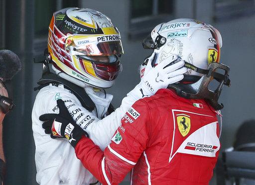 Hamilton felicita a Vettel por la victoria /Foto AP