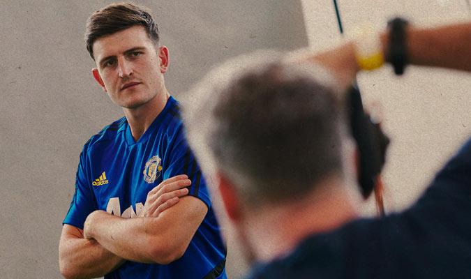 Maguire posa para las fotos con su nuevo club/ Foto @ManUtd