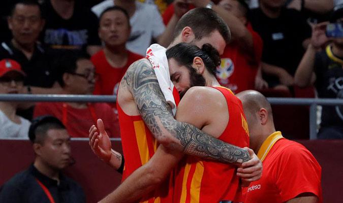 Gasol y Rubio se abrazan tras el gran triunfo/ Foto EFE