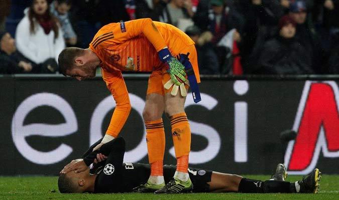 De Gea consola a un jugador del PSG // Foto: EFE