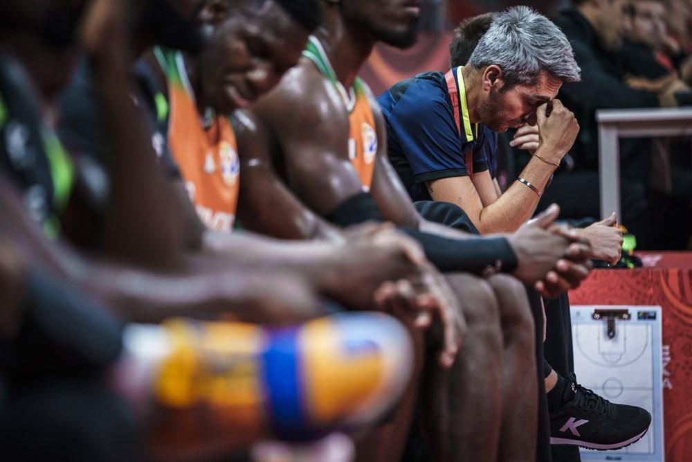 Povia no pudo hacer mucho desde el banquillo/ Foto fiba.basketball.es