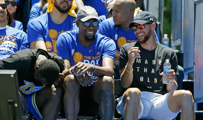 Kevin Durant y Curry juntos en la celebración / Foto AP