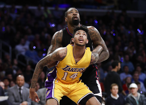 Brandon Ingram de Los Angeles Lakers en un enfrentamiento frente a Los Clippers de  DeAndre Jordan