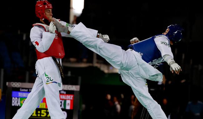El brasileño con patada directo a la cabeza sobre el mexicano/AP