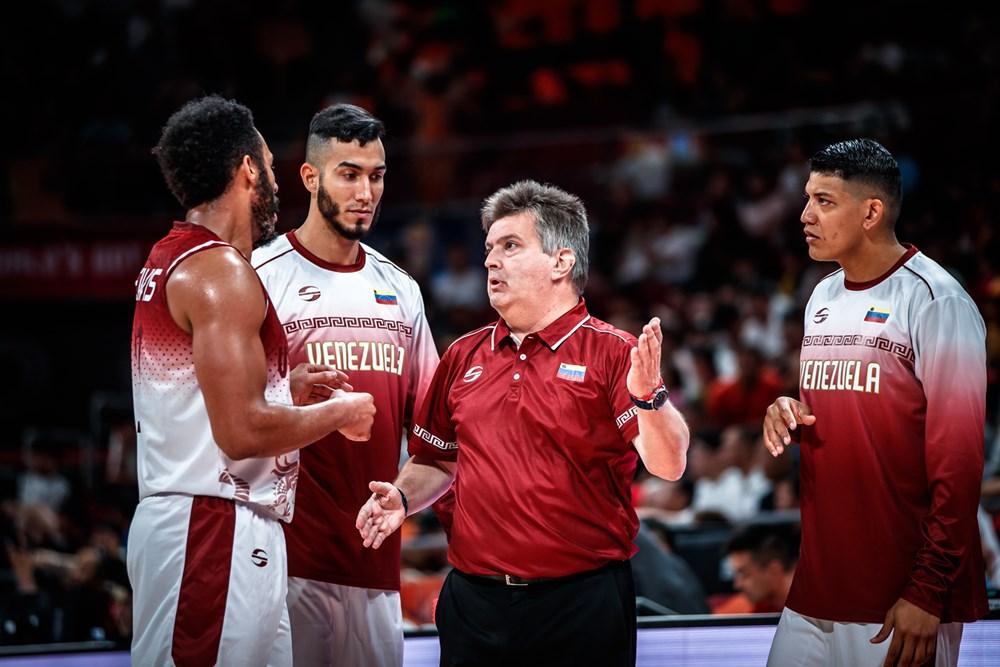 Duró dando instrucciones/ Foto fiba.basketball.es