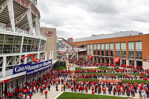 Los espectadores esperan en la cola para entrar en Great American Ballpark antes del partido de béisbol entre los Cincinnati Reds y los Philadelphia Phillies