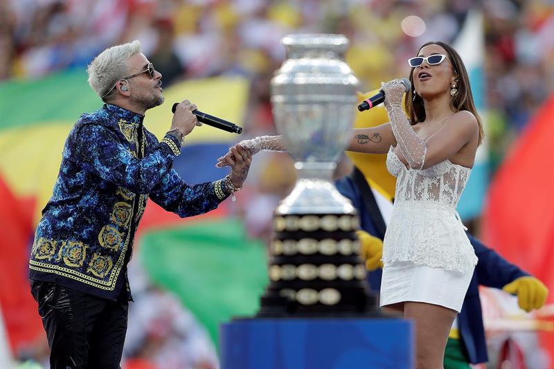 Pedro Capó y Anitta animaron la previo del partido Brasil-Perú