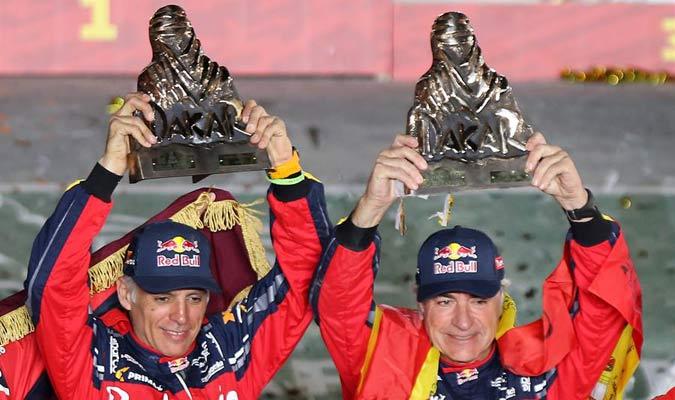 Sainz alza su trofeo de campeón/ Foto EFE