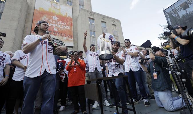 El venezolano fue el encargado de mostrar el trofeo / AP