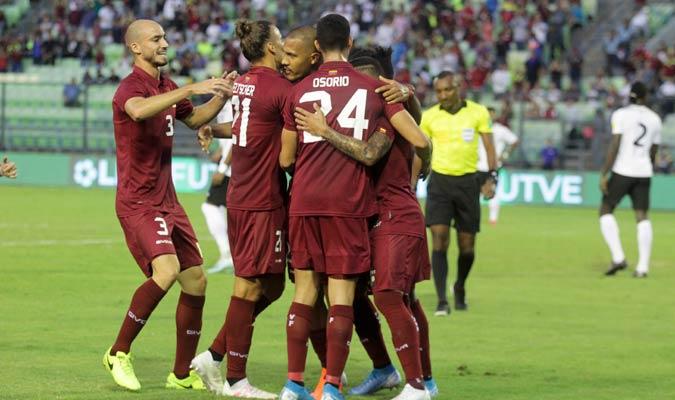 El equipo se reúne para abrazar al goleador/ Foto César Suárez