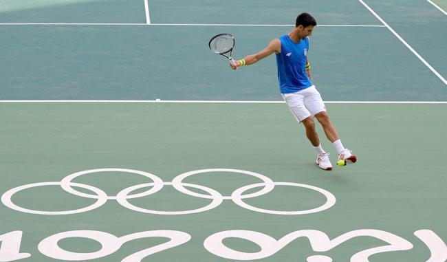 Djokovic en una de las canchas de Río en sus entrenamientos/ Foto: AP
