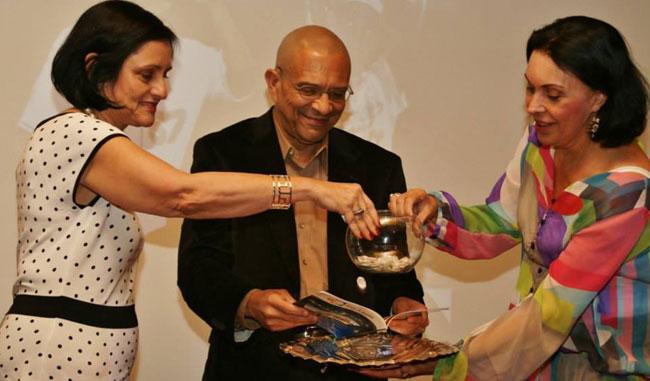 El autor junto a Hilda de Cardenas y Rosario Anzola en la presentación del libro